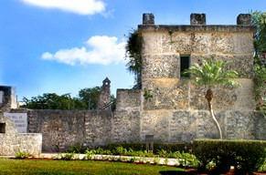 通称『塔』を遠景から望む。 ここがリーズカルニンの住居兼作業場であった。