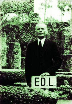 晩年の リーズカルニン。 コーラル・キャッスルの中庭にて。 孤独な老人だった。