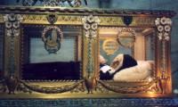 安置された聖ベルナデッタ。その遺体は腐らないとされる。