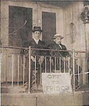 ダーガーとシュローダー(左) 駅舎を模したスタジオセットにて。