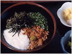 名物ヒバゴン丼。 ご飯の上に山芋と山菜と鶏そぼろが