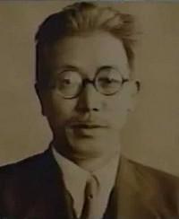 藤原咲平教授理学博士気象学者。写真は昭和16年、中央気象台長に就任当時のもの。引用『渦・雲・気象光学など、気象の幅広い分野において独創的な研究を行い、後進の育成にも力を尽くした。著述などによる啓蒙的な活動にも精力的で、「お天気博士」の愛称で親しまれた。現在の気象用語の基礎を作った』画像出典:驚きももの木20世紀