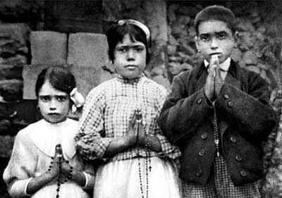 ファティマの3牧童。 向かって左側から、一番背の小さい女の子がジャシンタ(7)。 中央がルシア(10)。 右側の少年がフランシスコ(8)。
