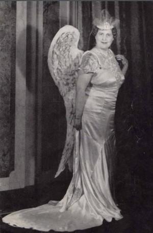 舞台衣装を着たFFJ。 この衣装は『霊感の天使』と呼ばれる衣装で、彼女のお気に入りだった。 フローレンスはデザイナーの素養もあったようで、この衣装もハワード・チャンドラー・クリスティの絵画『スティーブン・フォスターと霊感の天使』にインスパイアされて、フローレンス自らが仕立てた。 口の悪い者は「エサをやり過ぎたガチョウ」と呼んだ。