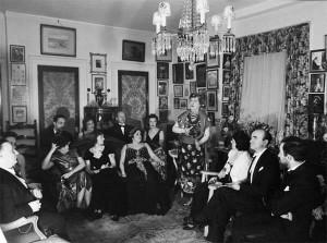 1937年ごろのリサイタルの様子。 この会に参加できるのは友人たちや真の音楽好きだけだったとされている。 New York Post