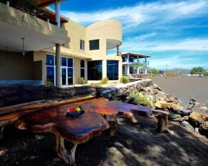 ホテル・ウィットマー外観。 ブラックビーチを一望する海岸沿いに建てられている。 近年改築し、かなり高級リゾート感あふれる建物になった。 写真はホテル・ウィットマーのFacebookページから。